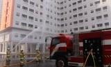 Simulasi kebakaran di Apartemen Green Pramuka City, Jakarta Pusat, Kamis (26/6).