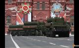 Sistem rudal darat-ke-udara jarak menengah dan jarak jauh Rusia S-400 saat parade Hari Kemenangan perayaan 71 tahun kemenangan atas Nazi Jerman di Perang Dunia II di Red Square, Moskow, Rusia, 9 Mei 2016.