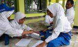 Siswa MI Bi'tsatul Islamiyah, Kabupaten Indramayu, Provinsi Jawa Barat belajar di masjid.