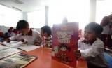 Siswa Sekolah Dasar Islam ( SDI) Asih Auladi Depok melakukan aktivitas baca buku saat kunjungan edukasi di perpustakaan Balaikota Depok, Jawa Barat, Senin (11/2/19).