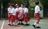 Rayap dan faktor usia menyebabkan bangunan sekolah SDN III Cilodong rusak.  Foto: Siswa-siswi Sekolah Dasar bermain di halaman di sekolahnya. (ilustrasi)