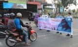 Siswa-siswi SMP Islam Al-Amjadmenyelenggarakan aksi Tebar Hijab dalam rangka memperingati Hari Hijab Sedunia di jalan Gagak Hitam (Ringroad) Kota Medan, Rabu (14/2).
