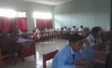 Siswa SMP 3 Baleendah, Kabupaten Bandung melaksanakan UNBK, Senin (22/4). Sebagian siswa menggunakan laptop milik masing-masing.