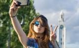 Sst, selfie dengan pose dua jari timbulkan risiko besar. Ilustrasi