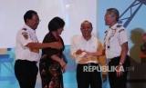 Staf ahli KementeriKetua Umum INSA, Carmelita Hartarto (kedua kiri). Indonesia National Shipowners Association (INSA) meminta industri pelayaran nasioanl dimasukkan dalam daftar negatif investasi (DNI).  (Republika / Tahta Aidilla )