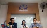 Staff Divisi Korupsi Politik ICW Almas Sjafrina (tengah) bersama Koordinator Divisi Korupsi Politik ICW Donal Fariz (kanan) dan Mederator Kurnia Ramadhana memberikan keterangan pers Evaluasi Kerja Pansus Angket DPR Untuk KPK di Jakarta, Ahad (27/8).