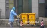 Korban Meninggal Virus Corona China Naik Jadi 25 Orang. Pekerja di Wuhan Medical Treatment Center di Wuhan, China dimana sejumlah pasien terinfeksi virus corona dirawat. . (AP Photo/Dake Kang)