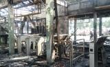 Stasiun Klender, Jakarta Timur, terbakar mengakibatkan seluruh bangunan ludes, Jumat (19/5).