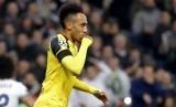 Striker Borussia Dortmund, Pierre-Emerick Aubameyang merayakan golnya ke gawang Real Madrid pada laga Liga Champions di Santiago Bernabeu, Kamis (8/12) dini hari WIB. Laga berakhir imbang 2-2.
