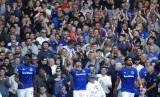 Striker Everton, Richarlison (tengah) merayakan gol ketiganya ke gawang Wolverhampton pada laga Liga Primer Inggris di Goodison Park, Sabtu (1/9).