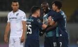 Striker FC Porto Moussa Marega (ketiga dari kiri) meninggalkan lapangan setelah menjadi sasaran nyanyian rasisme dalam pertandingan Liga Portugal di Vitoria Guimaeres, Ahad (16/2)