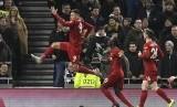 Striker Liverpool Roberto Firmino merayakan gol ke gawang Tottenham Hotspur dalam lanjutan Liga Primer Inggris, Ahad (12/1) dini hari WIB. Dalam laga itu Liverpool unggul 1-0 atas Spurs.