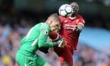Striker Liverpool, Sadio Mane saat menerjang kiper Manchester City, Ederson Moraes pada laga Liga Primer di Stadion Etihad, Sabtu (9/9).