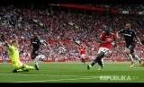 Striker Manchester United Romelu Lukaku mencetak gol ke gawang Westham United di Stadion Old Trafford, Manchester, Ahad (13/8)