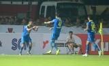 Striker Persib Bandung Artur Gevorkyan merayakan gol pertama yang dicetaknya pada laga Liga 1 2019 di Stadion Si Jalak Harupat, Soreang, Sabtu (18/5). Persib berhasil meraih poin penuh dengan skor 3-0.