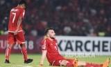 Striker Persija Jakarta Marko Simic (kanan) bersama Ramdani Lestaluhu (kiri) terduduk dalam laga leg kedua babak semifinal zona ASEAN Piala AFC melawan Home United di Stadion Utama Gelora Bung Karno, Senayan, Jakarta, Selasa (15/5)