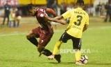 Striker PSM Makassar Zulham M Zamrun (kiri) berebut bola dengan bek Semen Padang FC Ibrahim Sanjaya (kanan) saat bertanding pada  Gojek  Traveloka Liga 1 di Stadion Andi Mattalatta, Makassar, Sulawesi Selatan, Senin (2/10).