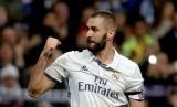Striker Real Madrid, Karim Benzema merayakan golnya ke gawang Borussia Dortmund pada laga Liga Champions, di Santiago Bernabeu, Kamis (8/12) dini hari WIB. Laga berakhir imbang 2-2.