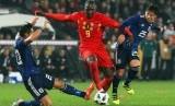 Striker Timnas Belgia, Romelu Lukaku (tengah), melewati kawalan pemain Jepang dalam laga uji coba di Brugge, Belgia, pada Selasa (14/11).