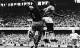 Striker Timnas Brasil, Pele (kanan), melompat saat menghadapi Swedia di final Piala Dunia 1958.