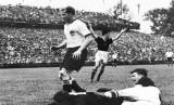 Striker Timnas Hungaria, Ferenc Puskas (kanan), melepaskan tembakan saat menghadapi Jerman di final Piala Dunia 1954.