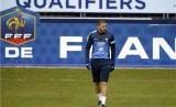 Striker timnas Prancis, Karim Benzema, berjalan saat sesi latihan bersama timnas di Stade de France, St-Denis, Paris, jelang laga kualifikasi Piala Dunia 2014.