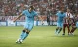 Striker Tottenham Hotspur, Harry Kane, melepaskan tendangan penalti saat menghadapi tuan rumah Olympiakos di laga pembuka Grup B Liga Champions di Stadion Georgios Karaiskaki, Piraeus, Yunani, pada Rabu (18/9) waktu setempat.
