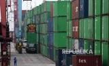 Suasana aktivitas bongkar muat peti kemas di Pelabuhan Tanjung Priok, Jakarta, Rabu (15/5/2019). Badan Pusat Statistik mencatat nilai ekspor pada April 2019 sebesar 12,6 miliar dolar AS atau turun 13,1 persen year on year dibandingkan April 2018 senilai 14,49 miliar dolar AS.