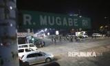 Suasana di jalan raya Robert Mugabe di Harare, Zimbabwe, Rabu (15/11) dini hari.