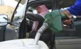 Suasana di pompa bensin Arab Saudi. Harga minyak dan harga kebutuhan laindi Saudi kini telah mereangkak naik.