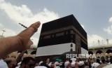 Saudi Konfirmasi ke Travel Umroh Agar Batalkan Pemesanan. Foto: Suasana ibadah tawaf di Masjidil Haram menjelang puncak pelaksanaan ibadah haji dipadati jamaah, Rabu (6/8). Jutaan jamaah haji dari berbagai negara telah berda di Kota Mekkah untuk memulai ritual haji.