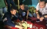 Suasana jual beli durian di warung Aka Durian Tasikmalaya.
