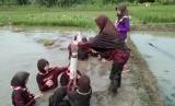 Suasana kegiatan jelajah alam yang dilaksanakan oleh pramuka SDT Bina Ilmu Parung, Bogor, Sabtu (11/11).