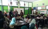Suasana kelas SD Negeri Karangmloko 2, Sariharjo, Ngaglik, Kabupaten Sleman, Daerah Istimewa Yogyakarta, Kamis (14/9).