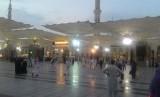 Suasana kepadatan jamaah usai menunaikan shalat shubuh berjamaah di Masjid Nabawi, Madinah, Selasa (14/8). Kepadatan jamaah mulai berkurang karena sebagian jamaah sudah bergerak menuju Makkah.
