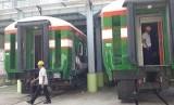 Suasana pembuatan kereta api di Pabrik PT Industri Kereta Api (Inka) (Persero) Madiun, Jawa Timur, Selasa (15/1).