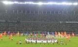 Suasana pembukaan kompetisi sepak bola Liga 1 Indonesia 2020 di Gelora Bung Tomo (GBT), Surabaya, Jawa Timur, Sabtu (29/2). Laga perdana mempertemukan tuan rumah Persebaya vs Persik Kediri.