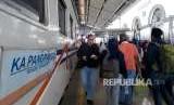 Suasana penumpang KA Pangrango yang akan naik kereta di Stasiun Sukabumi, Selasa (4/9).