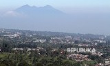Suasana permukiman serta bangunan vila dan hotel di kawasan Puncak, Kabupaten Bogor, Jawa Barat, Selasa (29/5).