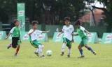 Suasana pertandingan babak penyisihan final regional MILO Football Championship Surabaya 2019 di Lapangan Kodam V Brawijaya Surabaya, Sabtu (23/3).