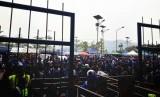 Suasana salah satu pintu masuk Stadion Si Jalak Harupat menjelang laga Persib vs Bali United, Kamis (21/9).