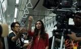 Suasana syuting film Bebas di dalam MRT Jakarta.