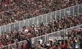 Suasana tribun penonton saat menyaksikan laga persahabatan antara Indonesia melawan Islandia di Stadion Utama Gelora Bung Karno, Jakarta, Ahad (14/1).
