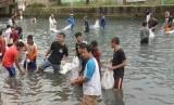 Sungai Wai Hatukau yang telah mengalami pendangkalan tersebut dilakukan normalisasi dengan pengerukan secara padat karya.