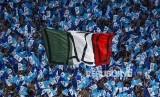 Suporter Lazio pada pertandingan  Piala Super Itali di Stadium Olimpico Roma, Ahad (13/8).