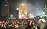 Suporter Persija Jakarta, the Jakmania konvoi merayakan Persija menjadi juara Liga 1 di Bundaran HI, Jakarta, Ahad (9/12) malam.