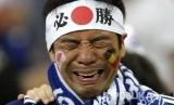 Suporter timnas Jepang menangis setelah tim dukungannya gagal melaju ke babak 8 besar pada pertandingan babak 16 besar Piala Dunia 2018 di Stadion Rostov Arena, Selasa (3/7) dini hari WIB.