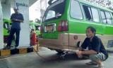 Suryadi, seorang sopir angkot di Bogor sedang menunggu pengisian bahan bakar gas untuk angkotnya di SPBG PGN Bogor, Bogor Tengah, awal Desember lalu. Sejak satu tahun terakhir, Suryadi dan banyak sopir angkot lainnya beralih menggunakan bahan bakar gas PGN. Alasannya, harga bahan bakar yang lebih murah bisa memangkas operasional mereka.