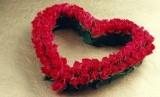 Susunan bunga berbentuk hati (ilustrasi)