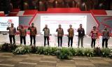 Susunan Direksi Baru PT Telkom Indonesia (Persero) Tbk sesuai hasil Rapat Umum Pemegang Saham Tahunan Tahun Buku 2019: Direktur Utama Ririek Adriansyah (tengah), Direktur Strategic Portfolio Budi Setyawan Wijaya (paling kiri), Direktur Network & IT Solution Herlan Wijanarko (kedua dari kiri), Direktur Human Capital Management Afriwandi (ketiga dari kiri), Direktur Keuangan Heri Surpriadi (keempat dari kiri), Direktur Digital Business Muhammad Fajrin Rasyid (keempat dari kanan), Direktur Wholesale & International Service Dian Rachmawan (ketiga dari kanan), Direktur Consumer Service FM Venusiana R. (kedua dari kanan), Direktur Enterprise & Business Service Edi Witjara (paling kanan).